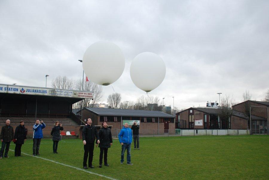 Ballonverstrooiing vanaf het terrein van voetbalvereniging SV Gouda