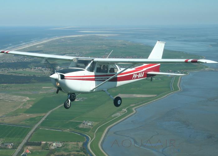 De vliegtuigen die gebruikt worden voor de asverstrooiing zijn vierpersoonstoestellen van het type Cessna. Hierdoor is het mogelijk dat er, naast de piloot drie nabestaanden mee kunnen meevliegen. Er wordt gevlogen naar elke gewenste locatie, waar een asverstrooiing of Fly-By asverstrooiing mag plaatsvinden. Bij de Fly-By asverstrooiing staan de nabestaanden opgesteld aan de waterkant op een locatie naar keuze in Zeeland. Het vliegtuig vliegt aan boven open water, met een Fly-By als groet aan de nabestaanden, daarna wordt een cirkel ingezet. Na het voltooien van deze cirkel wordt op afstand weer voorbij gevlogen, waarbij de as zichtbaar wordt verstrooid. Hierna volgt een extra ronde als eregroet aan de overledene en als afscheid van de nabestaanden. Na dit afscheid keert het vliegtuig weer terug naar het vliegveld.