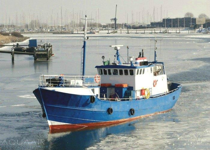 Schip voor een asverstrooiing of asbijzetting vanuit de haven van Stellendam
