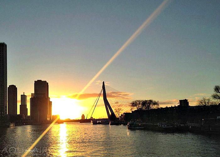 asbijzetting-asverstrooiing-maas-rotterdam-zonsondergang-aquaairservices-erasmusbrug