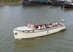 Boot vanuit de haven van Hoorn voor een asverstrooiing op het Markermeer