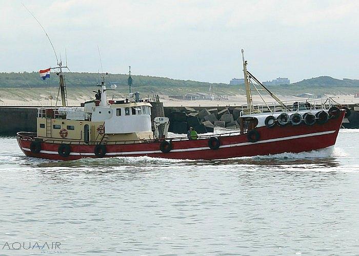 Schheveningen 2 vaart vanuit de haven naar open zee voor een asverstrooiing